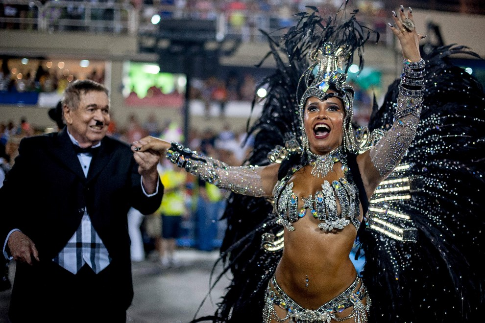"22.BRAZYLIA, Rio de Janeiro, 2 marca 2014: Jose Bonifacio de Oliveira Sobrinho (Boni) prowadzi Raissę Oliveira ze szkołu ""Beija Flor Samba"". (Foto: Buda Mendes/Getty Images)"
