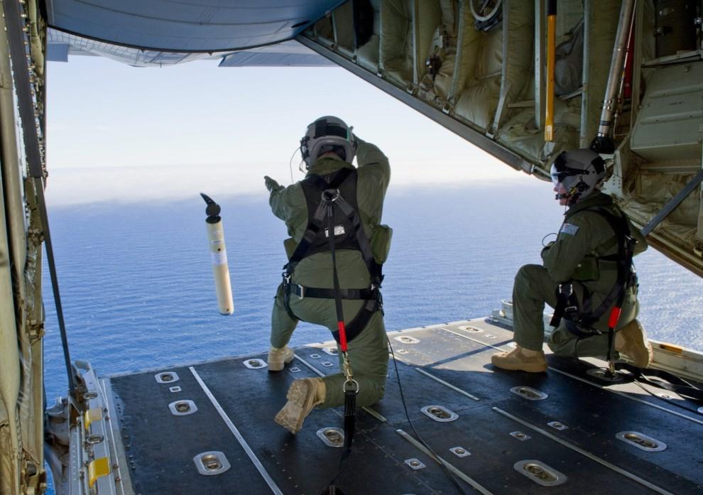 22.OCEAN INDYJSKI, 20 marca 2014: C-130 Hercules Australijskich Sił Powietrznych zrzuca markery zaznaczające trasę i pozycję podczas lotu. Dostawca: PAP/EPA.