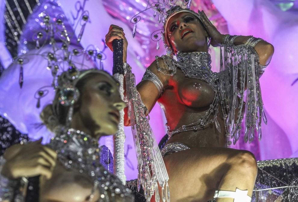 "23.BRAZYLIA, Rio de Janeiro, 2 marca 2014: Tancerki reprezentujące szkołę ""Grande Rio"". EPA/Antonio Lacerda Dostawca: PAP/EPA."