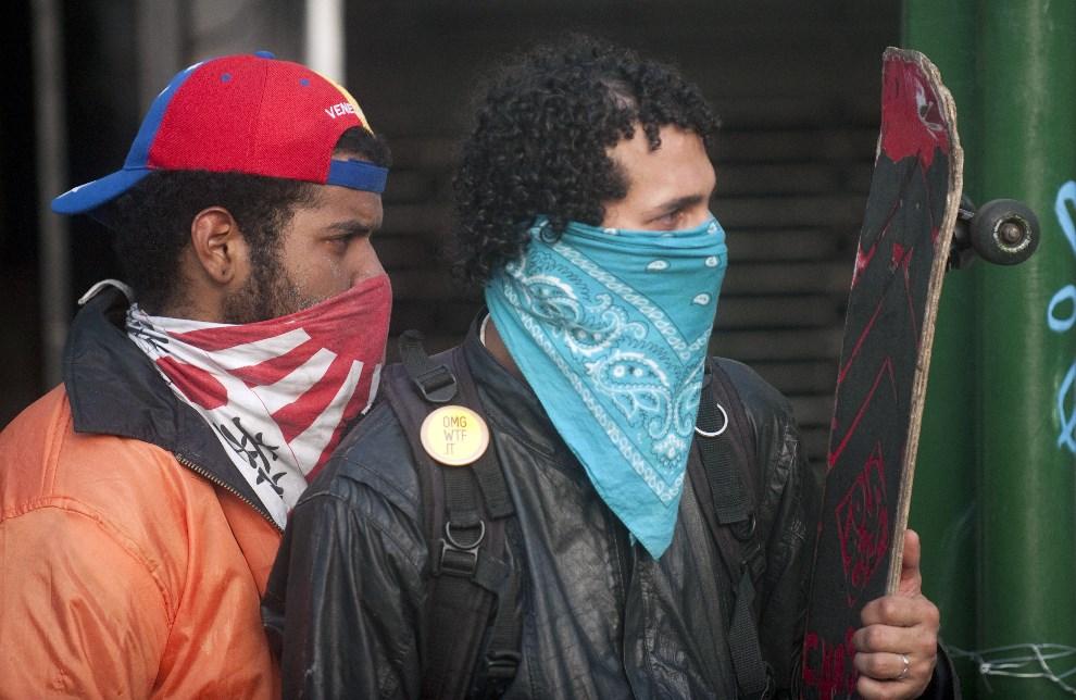 24.WENEZUELA, Caracas, 22 lutego 2014: Demonstrujący chowający się przed policją. AFP PHOTO/ Raul Arboleda