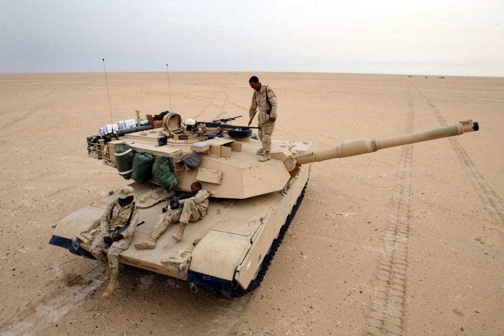 24.KUWEJT, 8 grudnia 2002: Załoga czołgu M1-A1 na pustyni  w pobliżu granicy z Irakiem. (Foto: Joe Raedle/Getty Images)