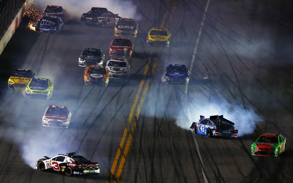 24.USA, Daytona Beach, 23 lutego 2014: Austin Dillon (#3 DOW Chevrolet) i Aric Almirola (#43 Smithfield Ford) powodują stłuczkę na torze. (Foto: Brian   Lawdermilk/Getty Images)