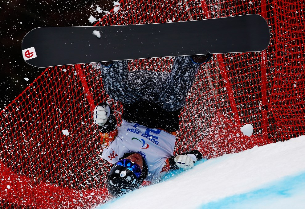24.ROSJA, Soczi, 14 marca 2014: Fin Matti Suur-Hamari zalicza upadek podczas zawodów. (Foto: Tom Pennington/Getty Images)