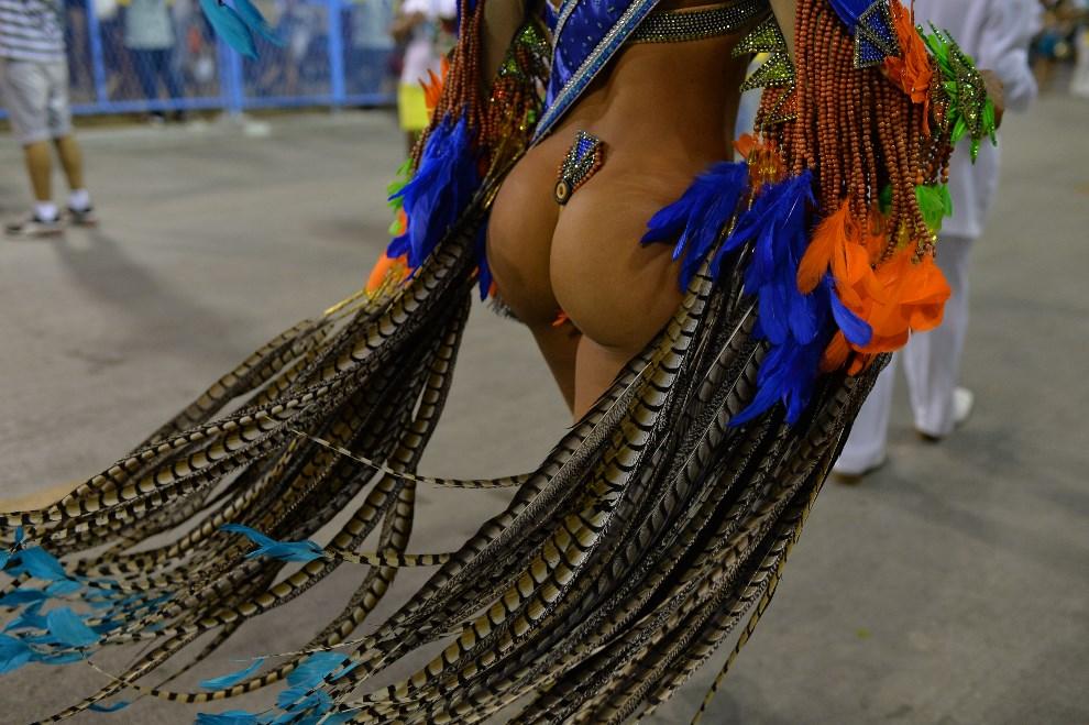 25.BRAZYLIA, Rio de Janeiro, 2 marca 2014: Leticia Martins Guimaraes tańcząca na Sambodromie. AFP PHOTO / YASUYOSHI CHIBA