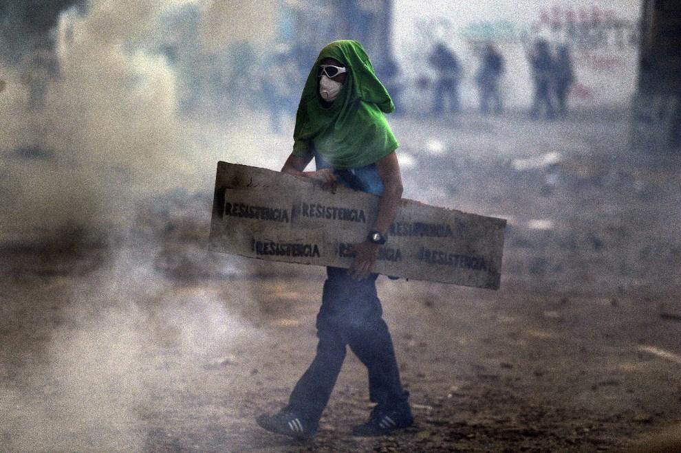 25.WENEZUELA, Caracas, 3 marca 2014: Protestujący na ulicy w Caracas. AFP PHOTO /LEO RAMIREZ