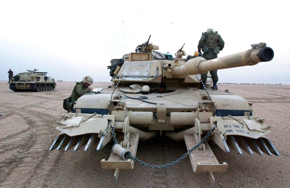 """25.KUWEJT, 16 grudnia 2002: Abrams wyposażony w """"pazury"""" służące do wykrywania min. (Foto: Scott Nelson/Getty Images)"""