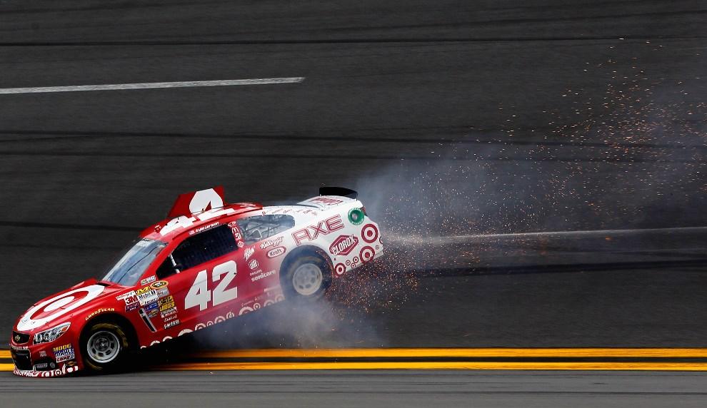 25.USA, Daytona Beach, 23 lutego 2014: Kyle Larson (#42 Target Chevrolet) stara się odzyskać panowanie nad uszkodzonym samochodem. (Foto: Sean Gardner/Getty   Images)