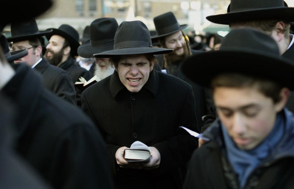 26.USA, Nowy Jork, 9 marca 2014: Ortodoksyjni Żydzi protestujący przeciw projektowi zmian w prawie Izraela, nakazującym powszechną służbę wojskową. AFP PHOTO /   Timothy A. CLARY