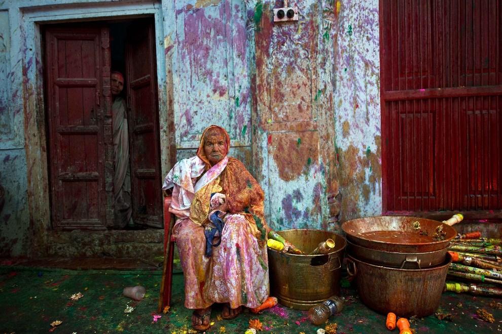 25.INDIE, Vrindavan, 14 marca 2014: Kobieta odpoczywa podczas świętowania Holi. AFP PHOTO/Prakash SINGH