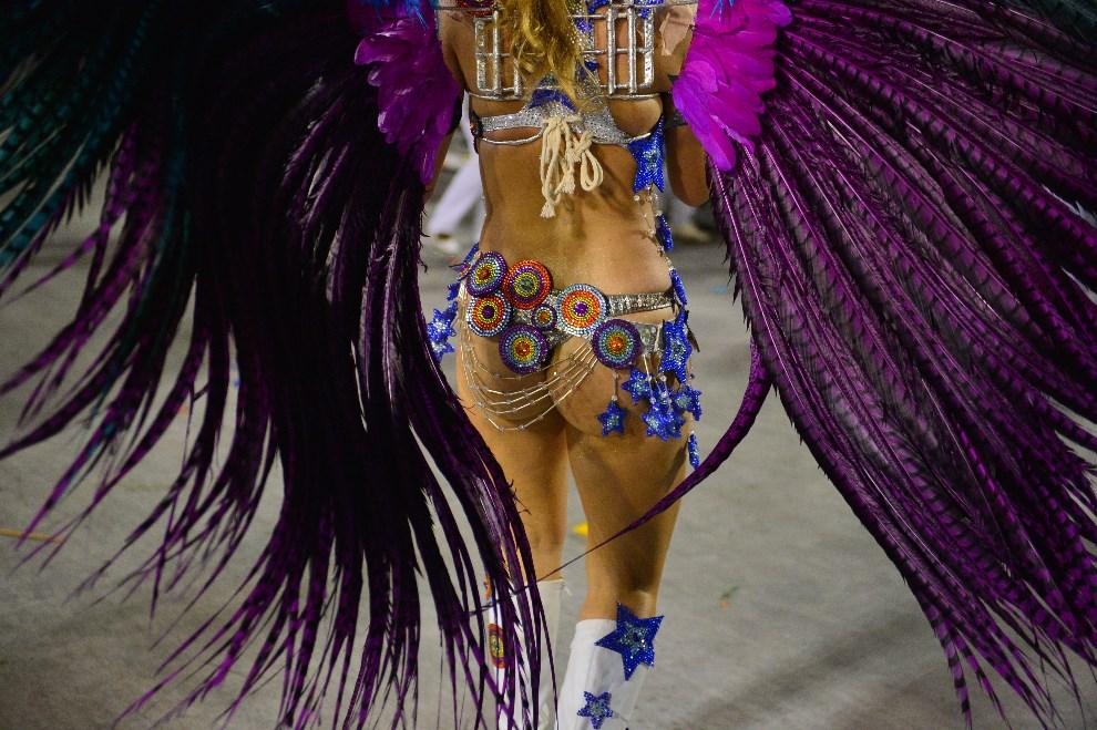 "26.BRAZYLIA, Rio de Janeiro, 2 marca 2014: Tancerka reprezentująca szkołę ""Grande Rio"". AFP PHOTO / CHRISTOPHE SIMON"