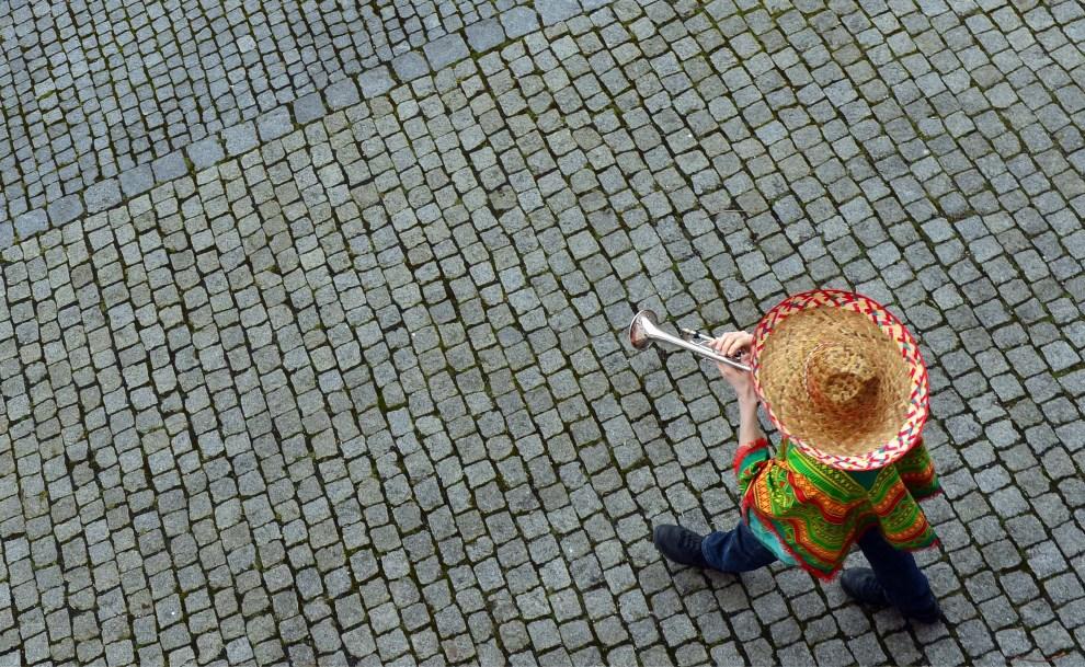 26.NIEMCY, Erfurt, 4 marca 2014: Mężczyzna grający na trąbce. AFP PHOTO / DPA / MARTIN SCHUTT /GERMANY OUT