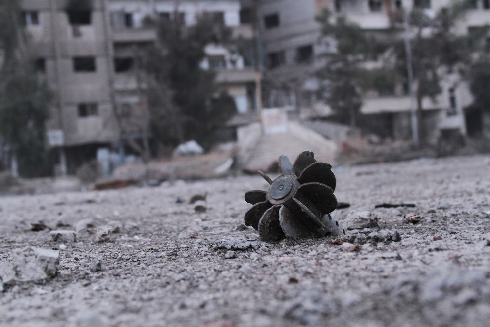 27.SYRIA, Daraya, 17 stycznia 2014: Pozostałości pocisku moździerzowego. AFP PHOTO / FADI DIRANI