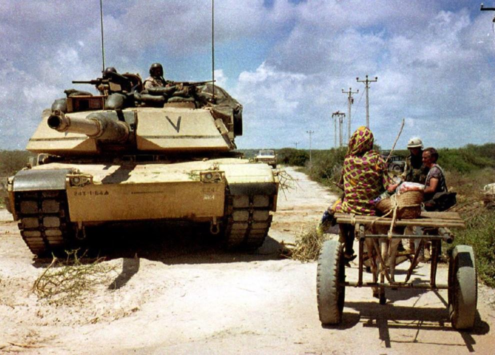 26.SOMALIA, Mogadiszu, 1 listopada 1993: Abrams wyjeżdżający z portu w kierunku bazy.  AFP