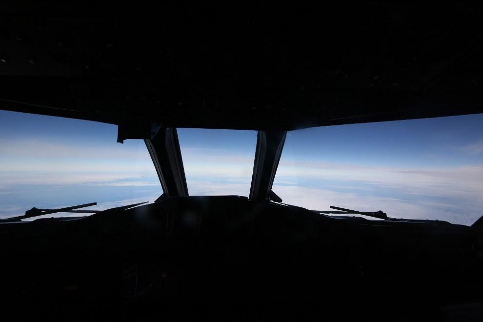 26.AUSTRALIA, Perth, 24 marca 2014: Widok z kokpitu samolotu AP-3C Orion, przelatującego nad Oceanem Indyjskim. (Foto: Bohdan Warchomij - Pool/Getty Images)