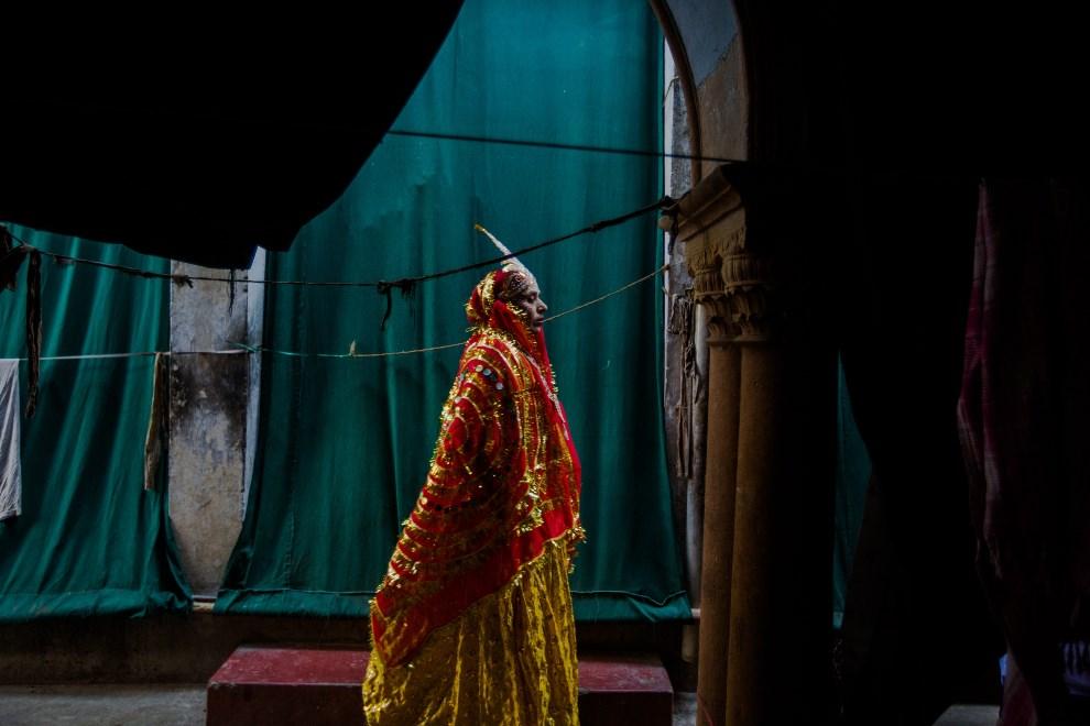 26.INDIE, Vrindavan, 14 marca 2014: Kobieta prowadząca procesję wiernych. AFP PHOTO/Rebecca Conway