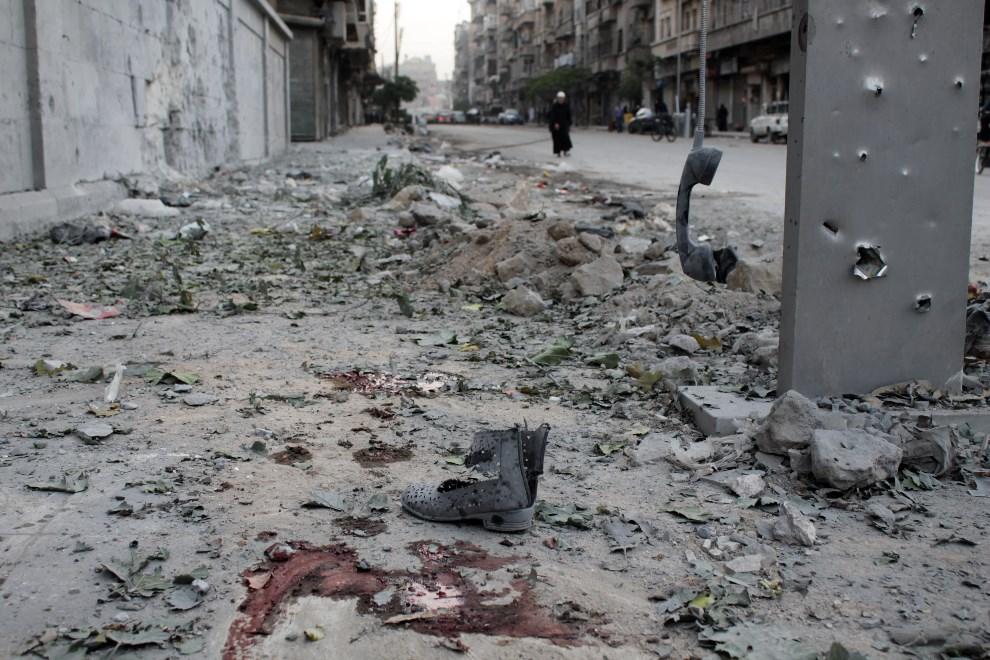 28.SYRIA, leppo, 6 listopada 2013: Fragment ulicy po zakończonym ostrzale moździerzowym. AFP PHOTO/MAHMUD AL-HALABI
