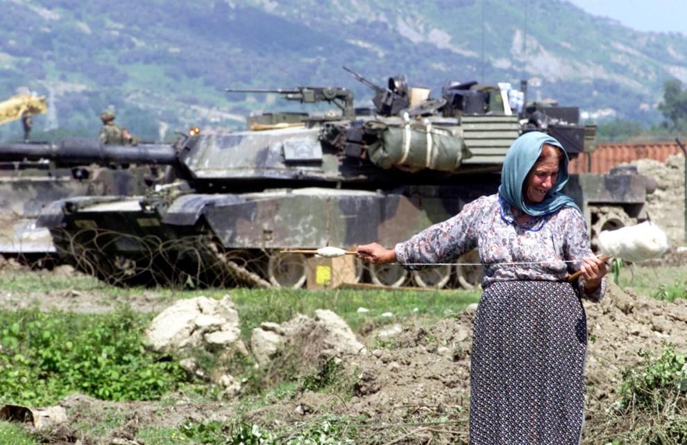 27.ALBANIA, Tirana, 12 maja 1999: Abrams zabezpieczający bazę lotniczą w pobliżu Tirany. ELECTRONIC IMAGE