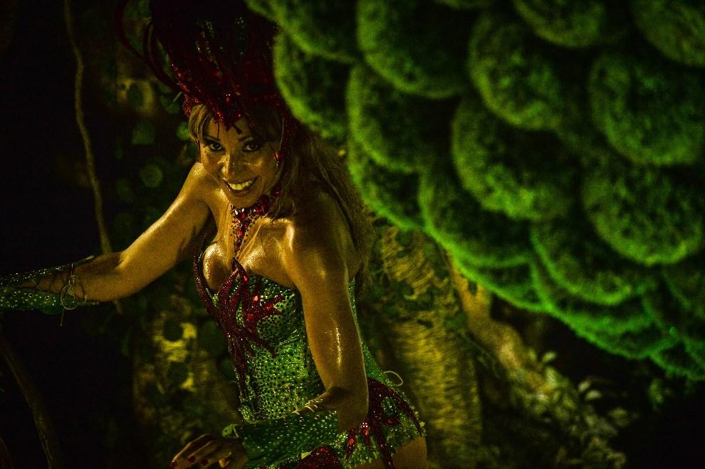 """28.BRAZYLIA, Rio de Janeiro, 8 marca 2014: Tancerka występująca w szkole """"Grande Rio"""". AFP PHOTO / YASUYOSHI CHIBA"""