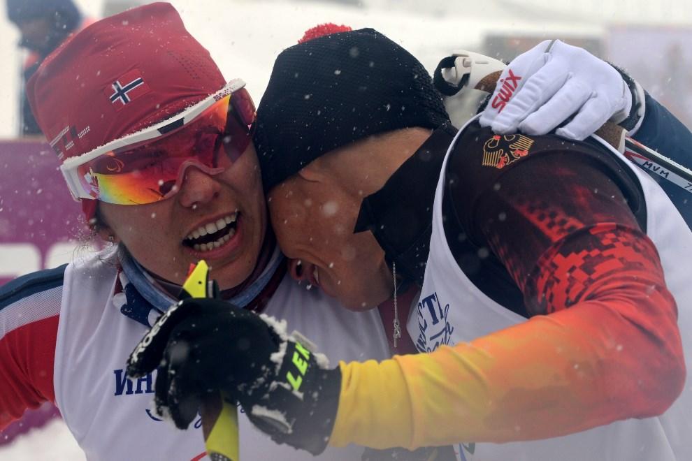 27.ROSJA, Soczi, 12 marca 2014: Norweżka Mariann Marthinsen (po lewje) cieszy się ze zwycięstwa w sprincie. AFP PHOTO/KIRILL KUDRYAVTSEV