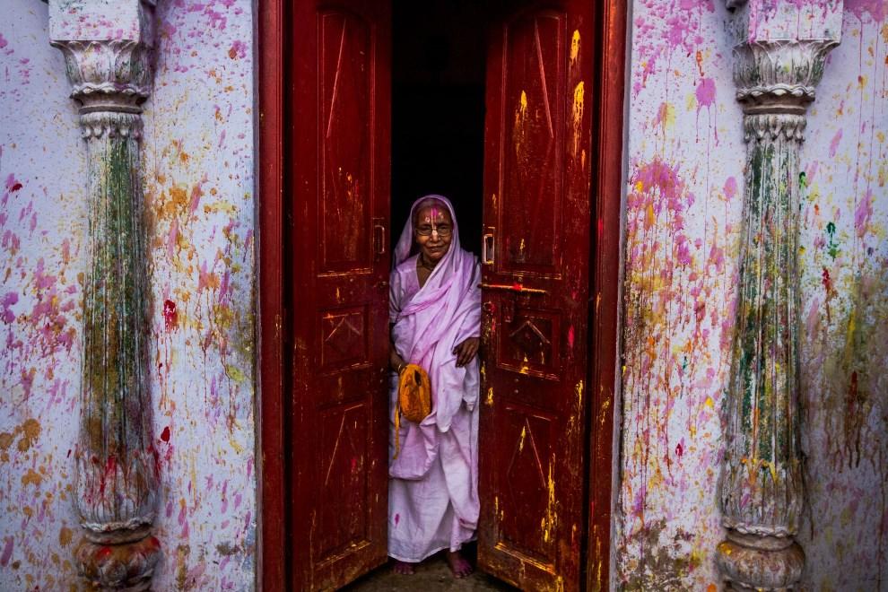 27.INDIE, Vrindavan, 14 marca 2014: Kobieta na progu swojego domu. AFP PHOTO/Rebecca Conway