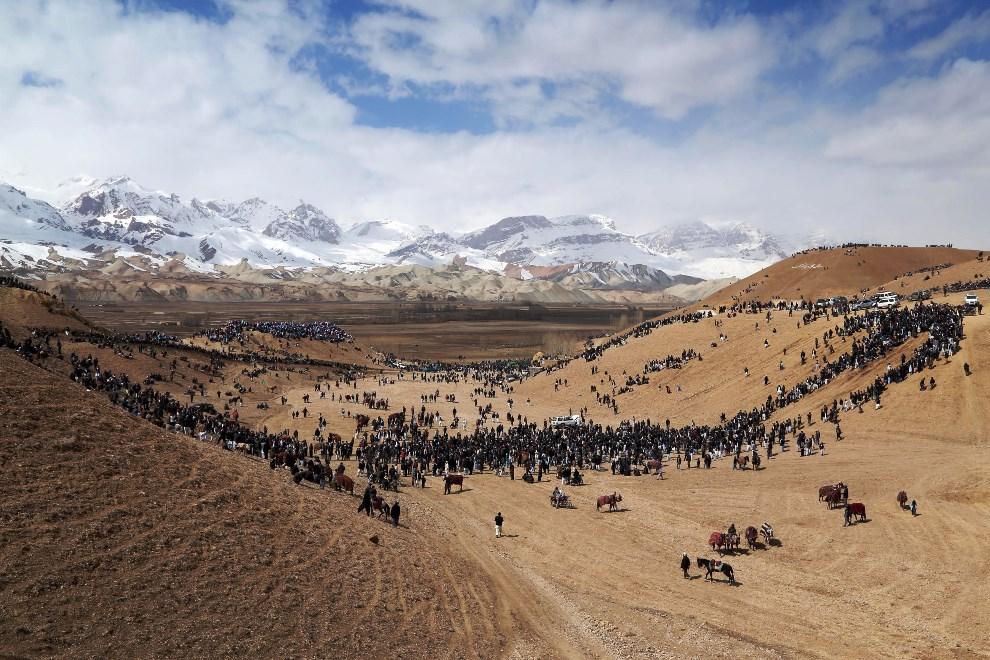 27.AFGANISTAN, Bamiyan, 23 marca 2014: Uczestnicy i widzowie tradycyjnego buzkaszi. AFP PHOTO/Kamran SHEFAYEE