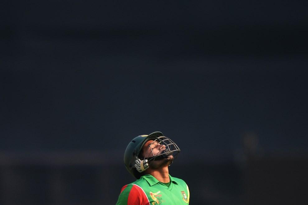 28.BANGLADESZ, Dhaka, 6 marca 2014: Mushfiqur Rahim po przegranym meczu wraca do szatni. AFP PHOTO/Dibyangshu SARKAR