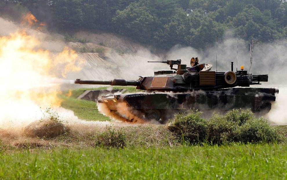"""28.KOREA POŁUDNIOWA, Pocheon, 1 września 2011: M1A2 SEP Abrams podczas """"ostrego strzelania"""" w trakcie manewrów. (Foto: Chung Sung-Jun/Getty Images)"""