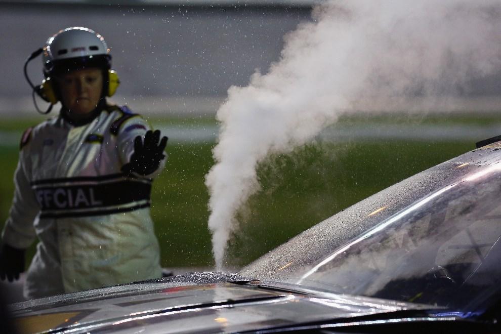 28.USA, Daytona Beach, 23 lutego 2014: Przegrzewający się silnik w samochodzie Ryana Newmana. (Foto: Tom Pennington/Getty Images)