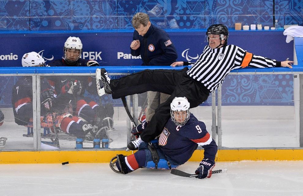 28.ROSJA, Soczi, 8 marca 2014: Sędzia przewrócony podczas mecz hokeja między zespołami USA i Włoch. (Foto: Justin Setterfield/Getty Images)