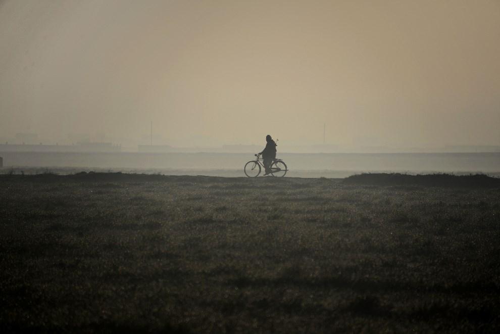 28.AFGANISTAN, Mazari-i-Sharif, 26 marca 2014: Rowerzysta zmierzający do Mazari-i-Sharif. AFP PHOTO / Farshad Usyan