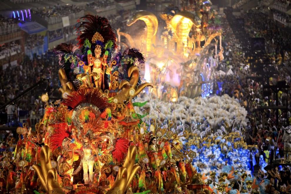 """28.BRAZYLIA, Rio de Janeiro, 3 marca 2014: Przemarsz szkoły """"Beija-Flor"""". EPA/Luiz Eduardo Perez Dostawca: PAP/EPA."""