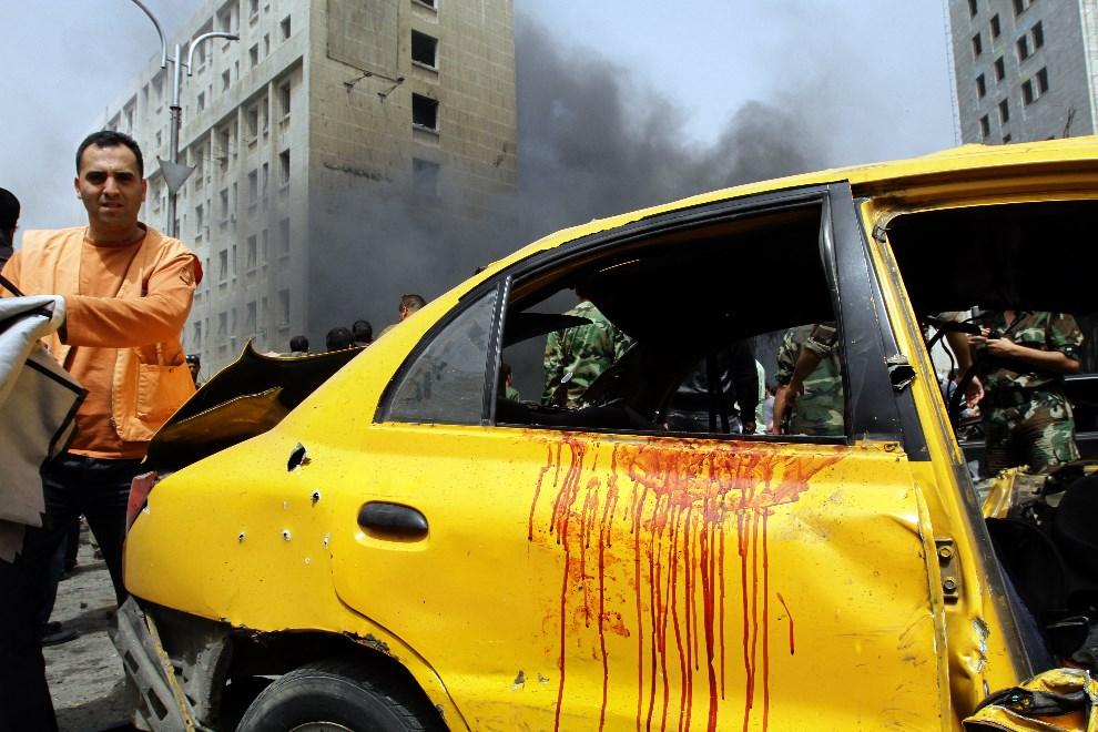 30.SYRIA, Damaszek, 8 kwietnia 2013: Miejsce eksplozji samochodu-pułapki. AFP PHOTO/LOUAI BESHARA