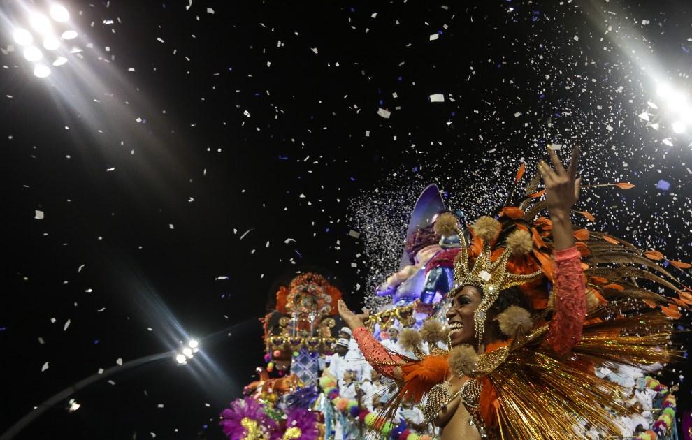 "29.BRAZYLIA, Rio de Janeiro, 1 marca 2014: Tancerka reprezentująca szkołę ""Nene de Vila Matilde"". AFP PHOTO / Miguel SCHINCARIOL"
