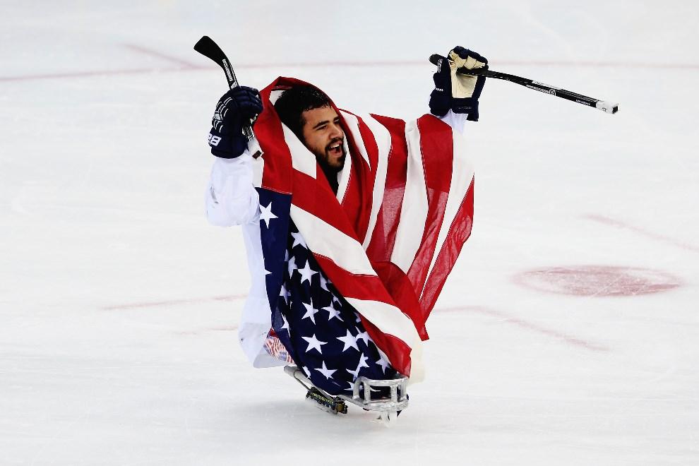 29.ROSJA, Soczi, 15 marca 2014: Nikko Landeros po zdobyciu hokejowego złota przez jego zespół. (Foto: Hannah Peters/Getty Images)