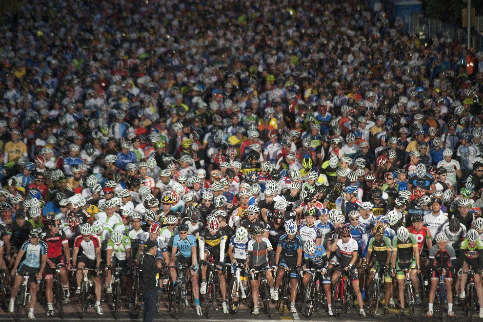 30.RPA, Kapsztad, 9 marca 2014: Linia startowa wyścigu Argus Cycle Tour. AFP PHOTO/ RODGER BOSCH