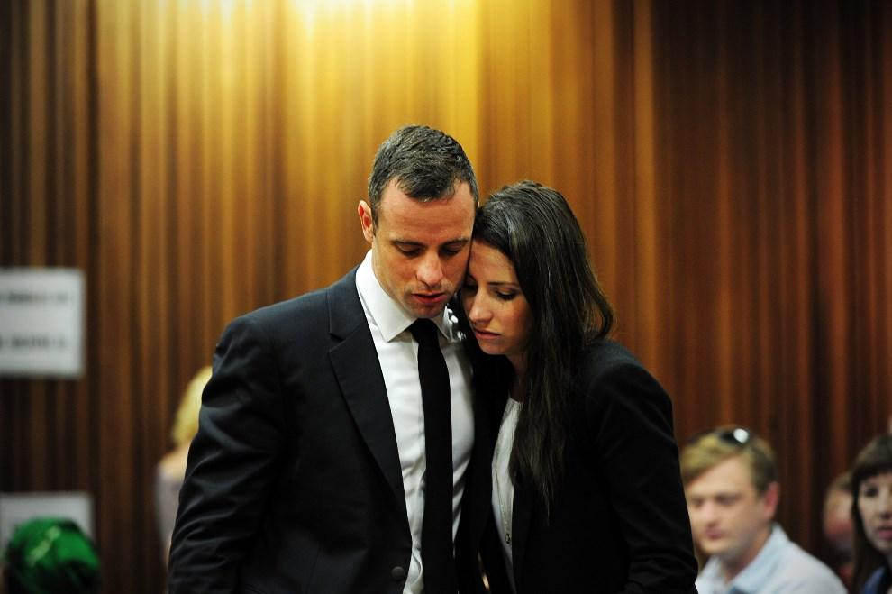 29.RPA, Pretoria, 19 marca 2014: Oscar Pistorius razem z siostrą, podczas rozprawy. AFP PHOTO / POOL / Leon Sadiki