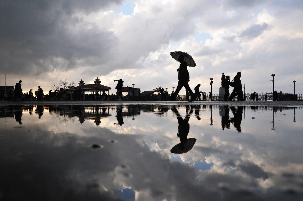 29.INDIE, Shimla, 22 marca 2014: Ulica po przejściu nawałnicy. AFP PHOTO/STR