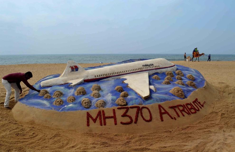 29.INDIE, Bhubaneswar, 25 marca 2014: Rzeźba z piasku dedykowana pasażerom i załodze zaginionego lotu. AFP PHOTO/ASIT KUMAR