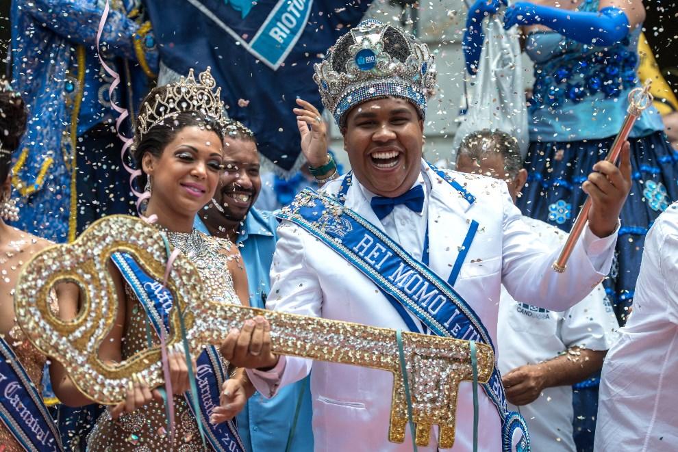 2.BRAZYLIA, Rio de Janeiro, 28 lutego 2014: Król Momo Wilson Dias da Costa Neto odbiera symboliczne klucze do miasta. AFP PHOTO/YASUYOSHI CHIBA