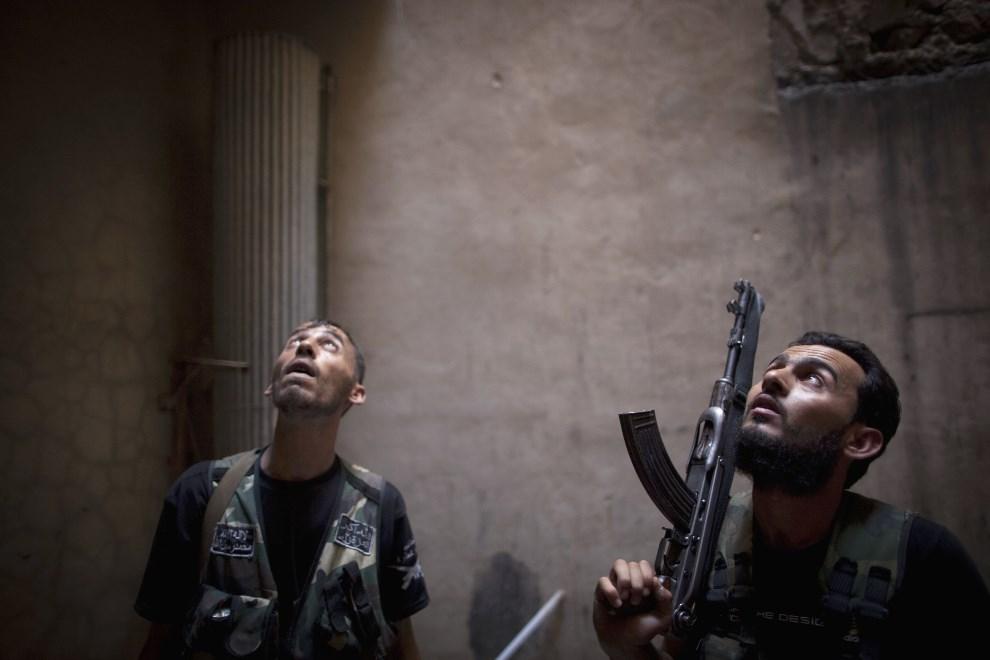 2.SYRIA, Aleppo, 2 lipca 2013: Rebelianci szukają dogodnej pozycji do zajęcia. AFP PHOTO/ JM LOPEZ