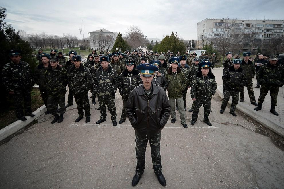2.UKRAINA, Sewastopol, 6 marca 2014: Załoga bazy lotniczej z jej dowódcą na czele blokuje przejście prorosyjskich demonstrantów. AFP PHOTO/Filippo MONTEFORTE
