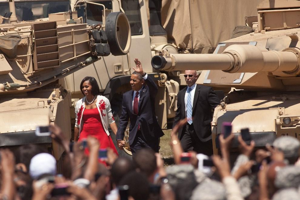 2.USA, Hinesville, 27 kwietnia 2012: Para prezydencja między dwoma czołgami M1 Abrams. (Foto: Richard Ellis/Getty Images)