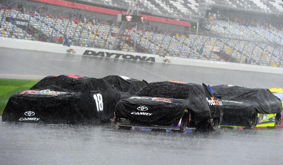 2.USA, Daytona Beach, 23 lutego 2014: Samochody zasłonięte przed deszczem na linii startowej wyścigu. (Foto: Robert Laberge/Getty Images)