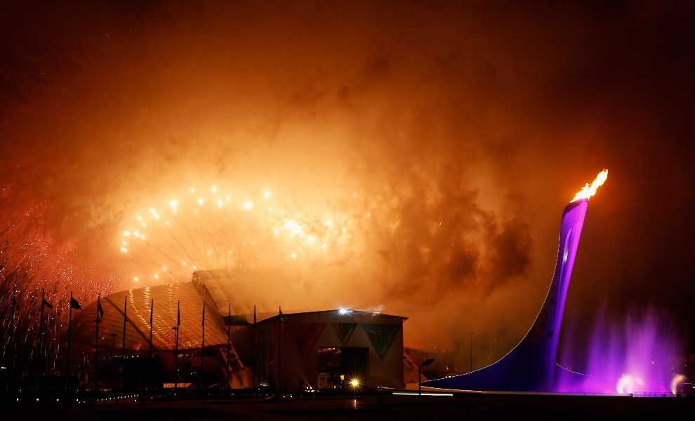 2.ROSJA, Soczi, 7 marca 2014: Sztuczne ognie nad stadionem Olimpijskim w trakcie ceremonii otwarcia. (Foto: Harry Engels/Getty Images)
