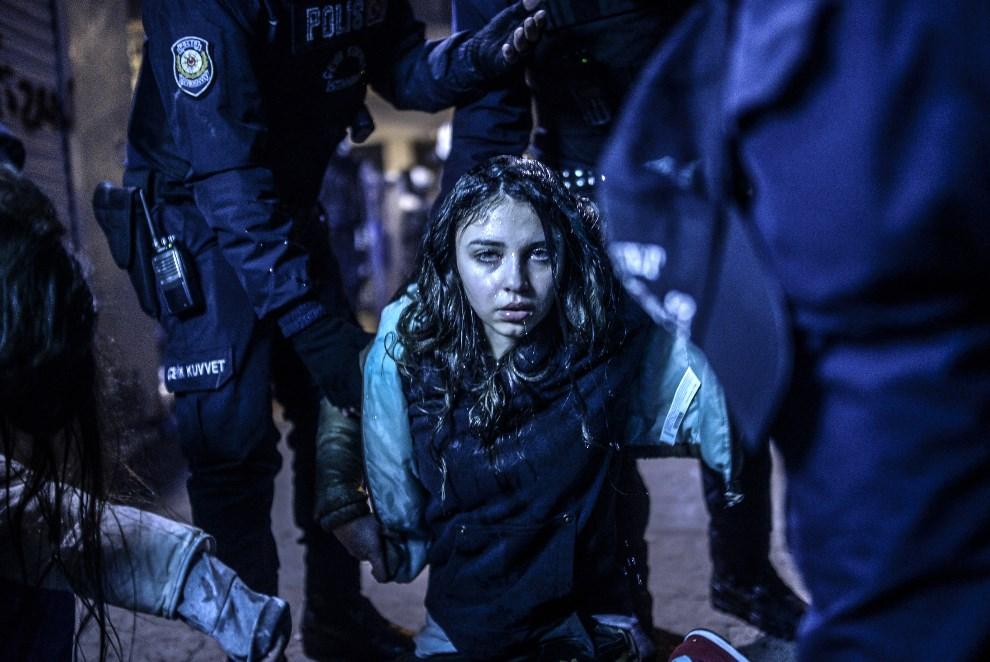 2.TURCJA, Stambuł, 12 marca 2014: Dziewczyna ranna podczas starcia policji z uczestników pogrzebu Berkina Elvana (chłopak zmarł w wyniku ran odniesionych podczas   ubiegłorocznych protestów antyrządowych). AFP PHOTO/BULENT KILIC
