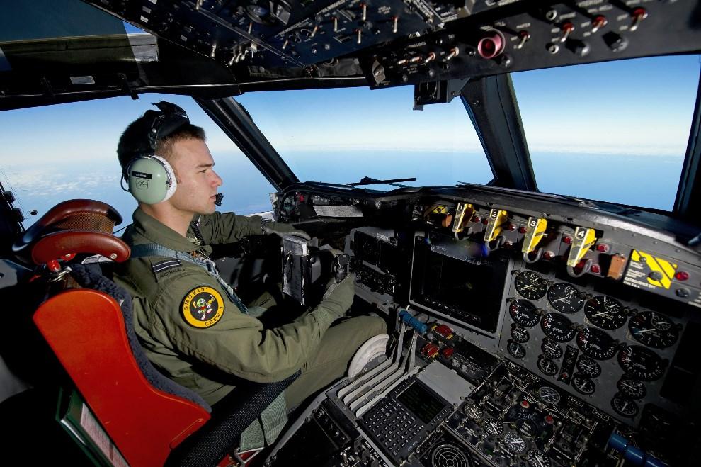 2.OCEAN INDYJSKI, 20 marca 2014: Australijski AP-3C Orion, z którego sterami siedzi kapitan Russell Adams, poszukujący zaginionego samolotu Malezyjskich linii   lotniczych. AFP PHOTO/AUSTRALIAN DEFENCE