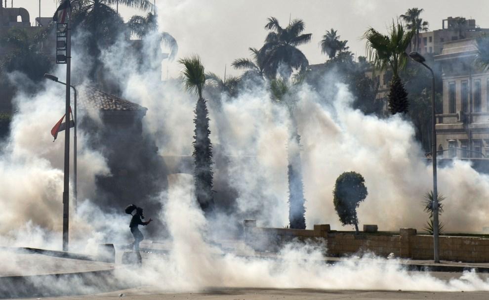 2.EGIPT, Kair, 25 marca 2014: Członek Bractwa Muzułmańskiego podczas starć z policją. AFP PHOTO / KHALED DESOUKI