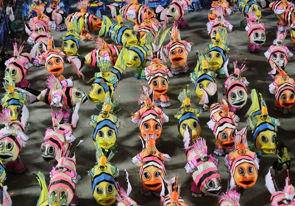 """30.BRAZYLIA, Rio de Janeiro, 2 marca 2014: Tancerze reprezentujący szkołę """"Grande Rio"""". AFP PHOTO / TASSO MARCELO LEAL"""