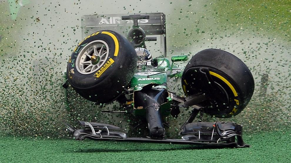 30.AUSTRALIA, Melbourne, 16 marca 2014: Kamui Kobayashi wypada z toru podczas wyścigu F1. AFP PHOTO / Saeed KHAN IMAGE