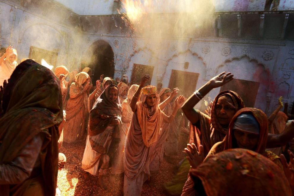 30.INDIE, Vrindavan, 17 marca 2014: Wdowy tańczące podczas Holi. AFP PHOTO/Chandan KHANNA